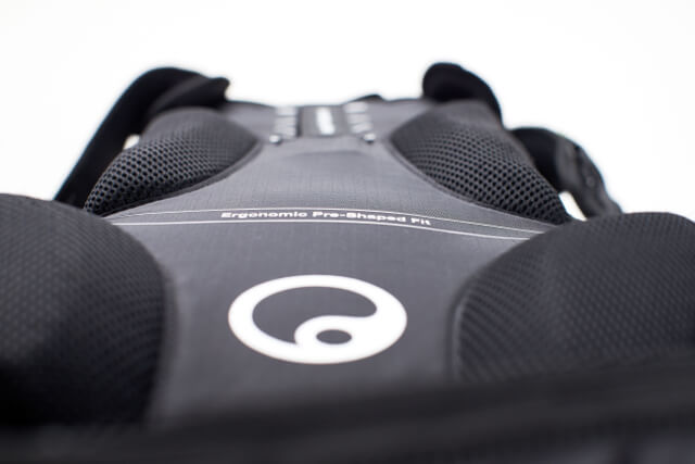 Throughout Ergon's pre-shaped-fit-system it's possible to fine-tune the backpack's back plate by hand.
